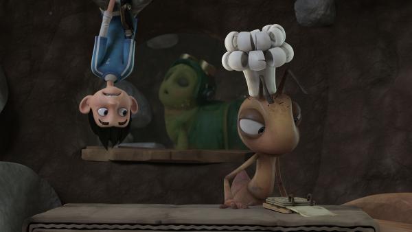 Zak seilt sich mit seinem bionischen Arm ab, um die Koch-Ameise zu beobachten. Chowser schläft.    Rechte: KiKA/One Animation PTE LTD.