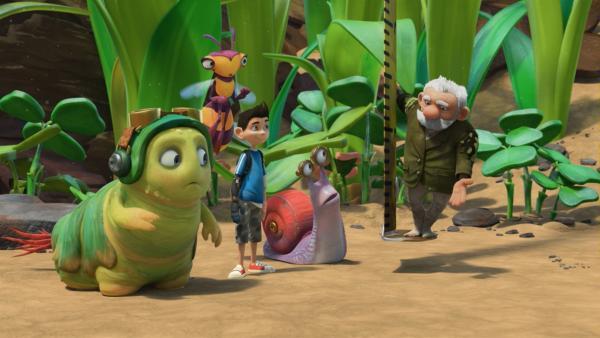 Staunend sehen Chowser, Willow, Zak und Syd dabei zu, wie Gramps sich auf einem Maßband abseilt.   Rechte: KiKA/One Animation PTE LTD.