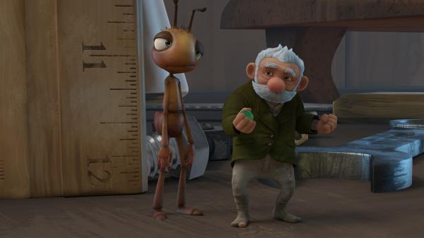 Gramps testet seine neue Erfindung an einer Ameise. | Rechte: KiKA/One Animation PTE LTD.