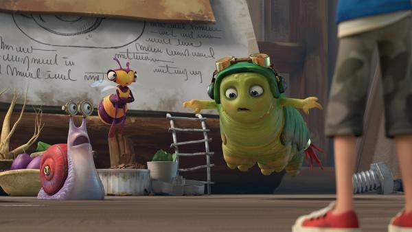 Syd und Willow sehen erstaunt zu, wie Chowser von den unzähligen, fast unsichtbaren Milben in die Luft gehoben wird.    Rechte: KiKA/One Animation PTE LTD.