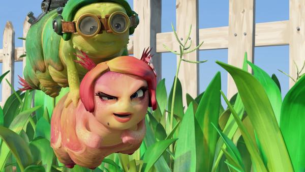 Chowser und Peggy fliegen zu einem Beerenbusch.   | Rechte: KiKA/One Animation PTE LTD.