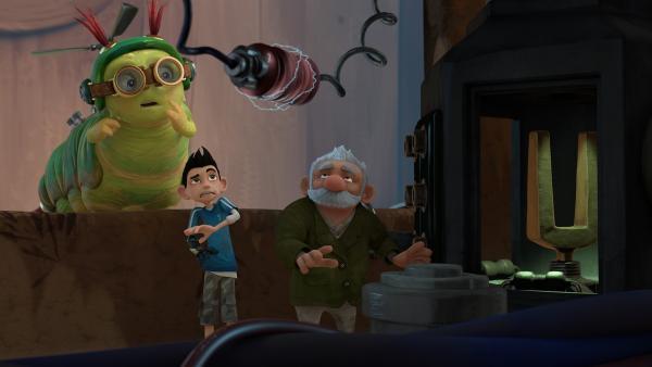 Als Chowser plötzlich auftaucht, erschrickt Gramps und rumpelt gegen den Mikronator.  | Rechte: KiKA/One Animation PTE LTD.
