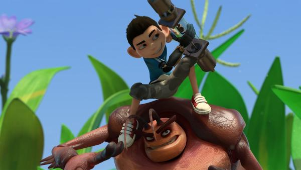 Zak luchst Hye ein Mikronator-Teil ab. | Rechte: KiKA/One Animation PTE LTD.