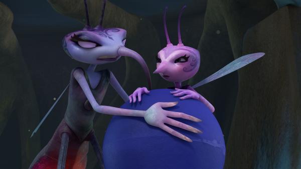 Adilla und Lidia streiten um die Fernsteuerung. | Rechte: KiKA/One Animation PTE LTD.