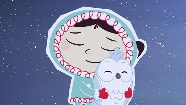 Inui hat eine kleine Schnee-Eule gefunden. Um sich warm zu halten, kuscheln sie ein wenig. | Rechte: ZDF/JEP Animation