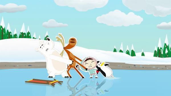 Als die Pinguindame Lissy ihre angestrengten Füße nach dem Schlittschuhlaufen in einer Pfütze kühlt, ist sie eingeschlafen. Das Ergebnis: die Füße froren fest. Jetzt kann sie sich trotz der Hilfe ihrer Freunde nicht aus dem Eis befreien. | Rechte: ZDF und JEP-Animation GmbH