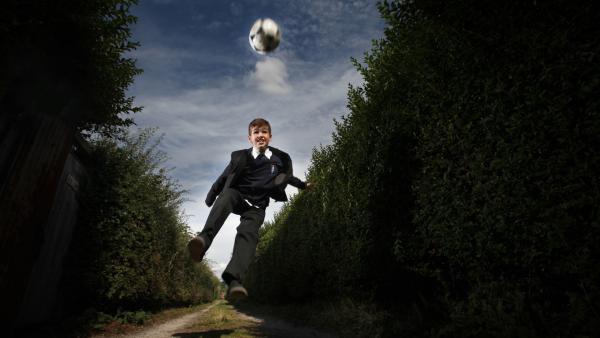 Jamie Johnson (Louis Dunn) träumt den Traum vom Fußball-Glück.   Rechte: WDR/Short Form (JJI) Ltd