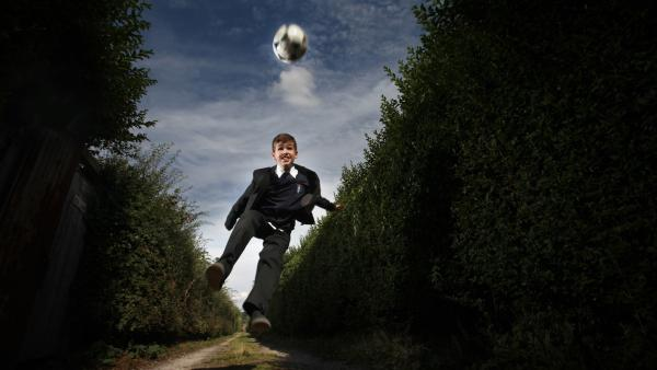 Jamie Johnson (Louis Dunn) träumt den Traum vom Fußball-Glück. | Rechte: WDR/Short Form (JJI) Ltd
