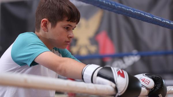 Jamie (Louis Dunn) reagiert sich beim Boxen ab. | Rechte: WDR/Short Form (JJI) Ltd