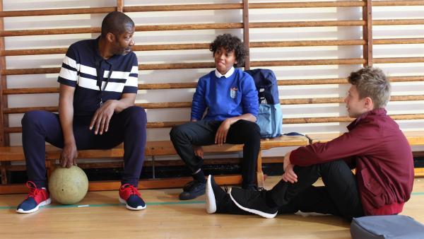 Trainer Hansard (Brian Bovell, 1.v.li.) redet Harry (Theo Chapman, Mi.) und Dillon (Patrick Ward, re.) ins Gewissen. | Rechte: WDR/Short Form (JJI) Ltd