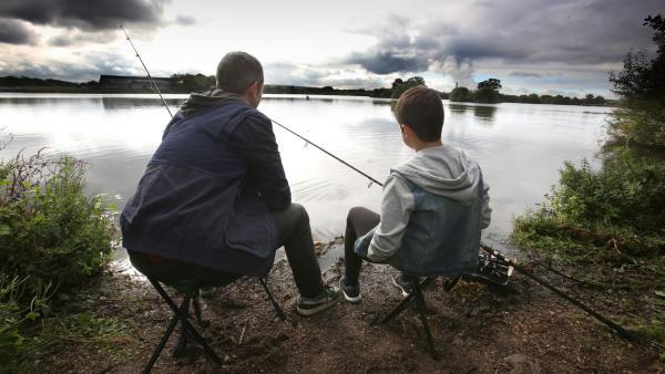 Jamie (Louis Dunn) angelt mit seinem Vater Ian (Will Fox). | Rechte: WDR/Short Form (JJI) Ltd