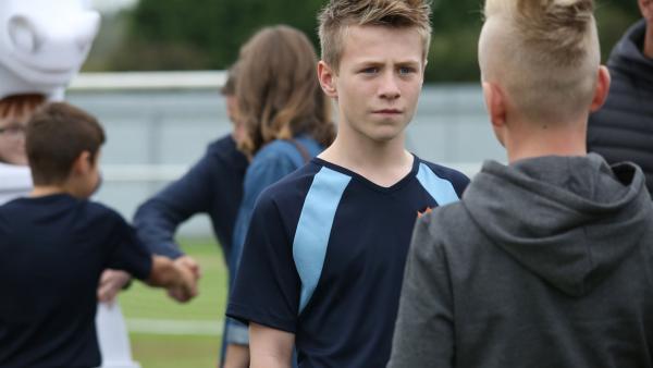 Dillon (Patrik Ward) wird von einem Mannschaftskameraden erpresst. | Rechte: WDR/Short Form (JJI) Ltd