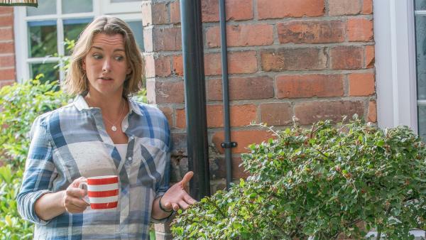 Jamies (Louis Dunn) Mutter Karen (Emma Stansfield) spricht ihm Mut zu. | Rechte: WDR/Short Form (JJI) Ltd
