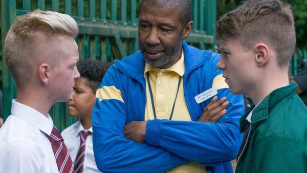 Trainer Hansard (Brian Bovell) versucht den Streit zwischen Jethro (Miles Wallace, links) und Dillon (Patrick Ward) zu schlichten.   Rechte: WDR/Short Form (JJI) Ltd