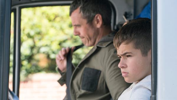 Ian (William Fox) versucht, seinem Sohn Jamie (Louis Dunn) zu helfen. | Rechte: WDR/Short Form (JJI) Ltd