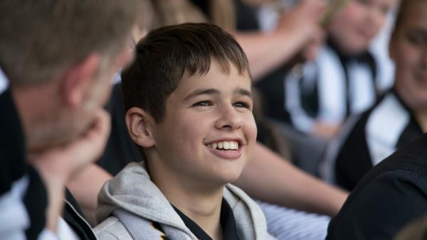 Jamie (Louis Dunn) fiebert dem Sieg seiner Mannschaft entgegen.   Rechte: WDR/Short Form (JJI) Ltd