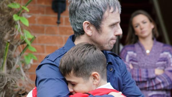 Jamie (Louis Dunn) freut sich, seinen Vater Ian (William Fox) wiederzusehen. | Rechte: WDR/Short Form (JJI) Ltd