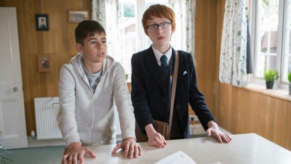 Jamie (Louis Dunn) und Boggy (Jonnie Kimmins) wollen wissen, was an den Gerüchten über Jamies Vater dran ist.   Rechte: WDR/Short Form (JJI) Ltd
