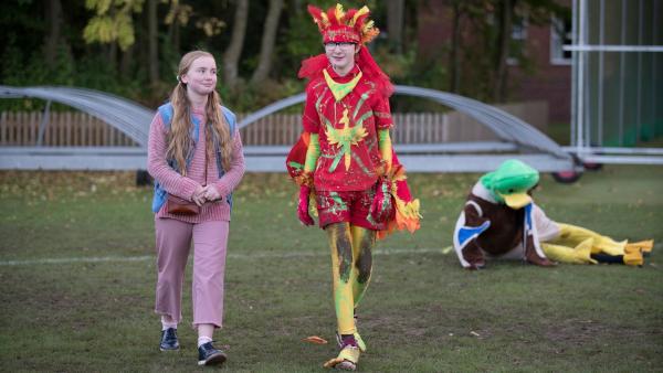 Nancy (Ellie Daley) begleitet Boggy (Jonnie Kimmins) als Maskottchen zum Spiel.  | Rechte: WDR/Short Form (JJI) Ltd