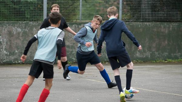 Dillion (Patrick Ward) kämpft um jeden Ball. | Rechte: WDR/Short Form (JJI) Ltd