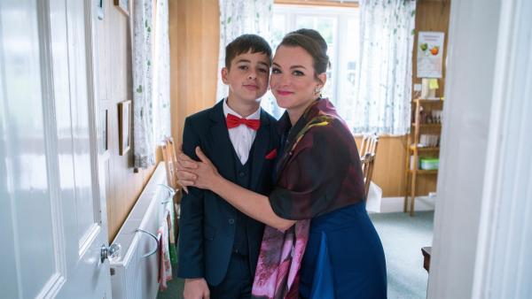 Jamie (Louis Dunn) und seine Mutter Karen (Emma Stansfield) haben sich für Jamies großen Tag schick gemacht. | Rechte: WDR/Short Form (JJI) Ltd