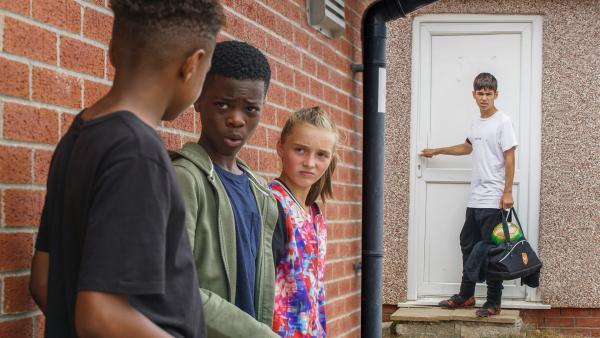 (V.l.:) Eric (Morgan Hudson), Freddie (Keaton Edmund) und Alba (Elena Cole), die neuen Talente in der U12, warten auf Jamie (Louis Dunn). | Rechte: WDR/Short Form (JJI) Ltd