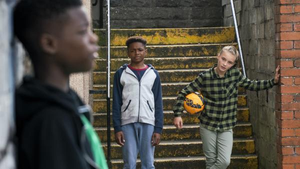 Freddie (Keaton Edmund, Mi.) und Alba (Elena Cole, re.) reden Eric (Morgan Hudson, li.) ins Gewissen. | Rechte: WDR/Short Form (JJI) Ltd
