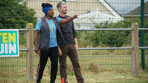 Molly (Thanyia Moore) und Duncan Jones (Glen Wallace) haben große Pläne für die U14. | Rechte: WDR/Short Form (JJI) Ltd