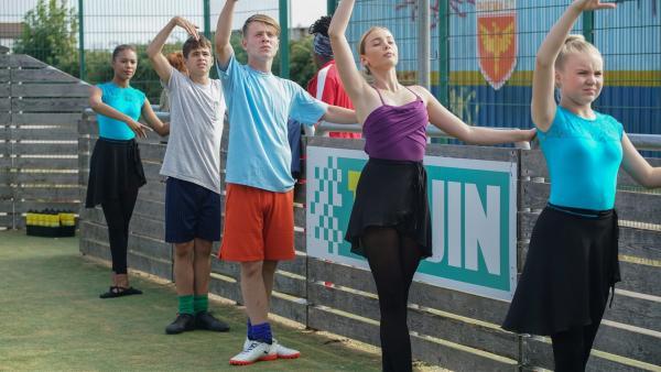 Mollys (Thanyia Moore) neue Trainingsmethoden sind für Jamie (Louis Dunn, 2.v.re.) und die anderen sehr gewöhnungsbedürftig. | Rechte: WDR/Short Form (JJI) Ltd
