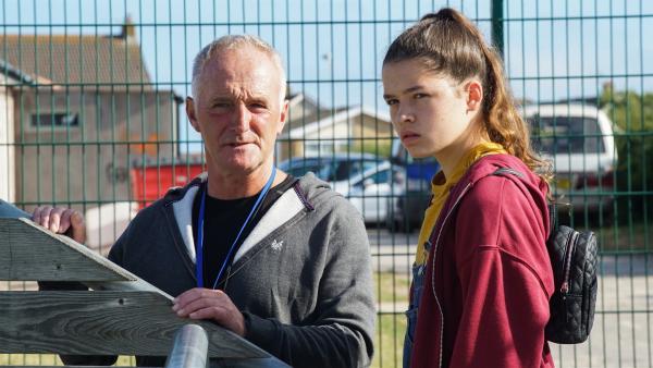 Mike (Tim Dantay) will Ruby (Zoe Hall) als neue Torhüterin für die U14 gewinnen. | Rechte: WDR/Short Form (JJI) Ltd