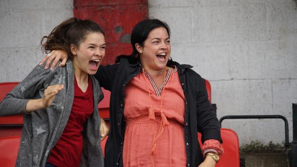 Ruby (Zoe Hall) und Pflegemutter Dawn (Tonya Smith) feuern die U12 an.   Rechte: WDR/Short Form (JJI) Ltd