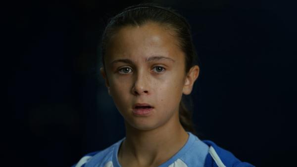 Zoe (Maddie Murchison) ist entschlossen, die U14 als Kapitänin zum Sieg zu führen. | Rechte: WDR/Short Form (JJI) Ltd