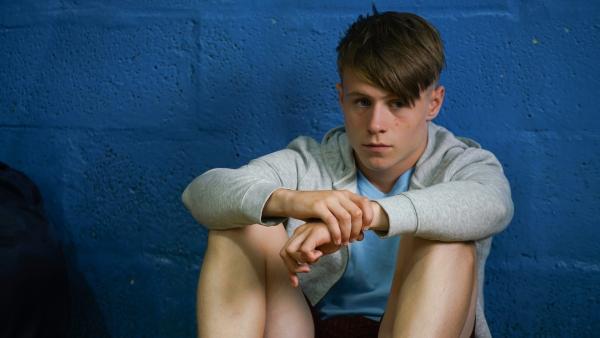 Dillon (Patrick Ward) ist sauer, dass er die Kapitänsbinde verloren hat. | Rechte: WDR/Short Form (JJI) Ltd