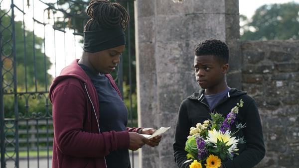 Molly (Thanyia Moore) begleitet Eric (Morgan Hudson) auf einem schweren Weg. | Rechte: WDR/Short Form (JJI) Ltd