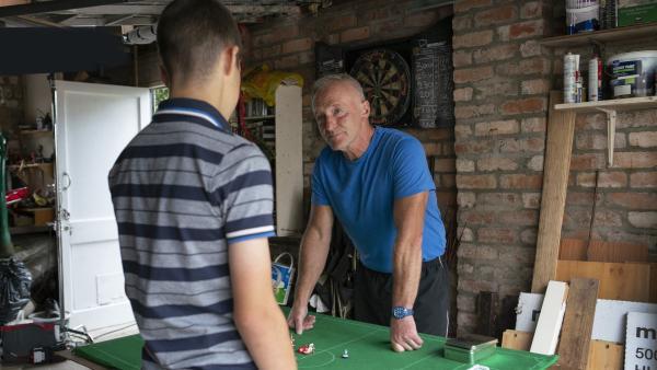 Jamie (Louis Dunn) und Opa Mike (Tim Dantay) feilen an ihrer Strategie. | Rechte: WDR/Short Form (JJI) Ltd