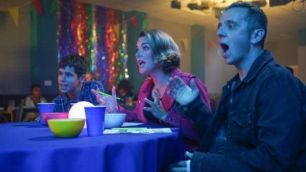 Jamie (Louis Dunn) hofft, dass seine Eltern Karen (Emma Stansfield) und Ian (William Fox) beim Quizabend wieder zusammenfinden. | Rechte: WDR/Short Form (JJI) Ltd