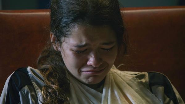 Ruby (Zoe Hall) ist am Boden zerstört, weil sie wegen ihrer Verletzung nicht mit nach Schweden kann. | Rechte: WDR/Short Form (JJI) Ltd