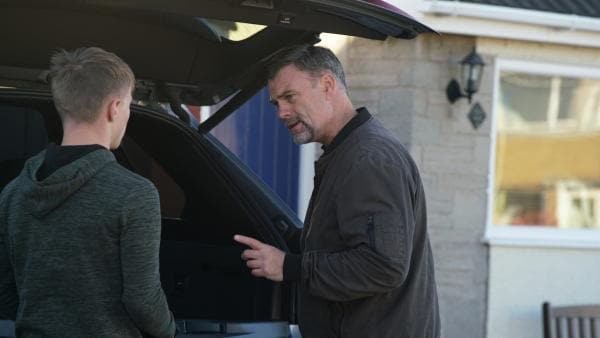 Dillon (Patrick Ward) wird von seinem Vater Graham (Julian Lewis Jones) unter Druck gesetzt. | Rechte: WDR/Short Form (JJI) Ltd