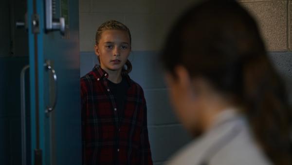 Alba (Elena Cole) sorgt sich um ihre verletzte Schwester Ruby (Zoe Hall). | Rechte: WDR/Short Form (JJI) Ltd