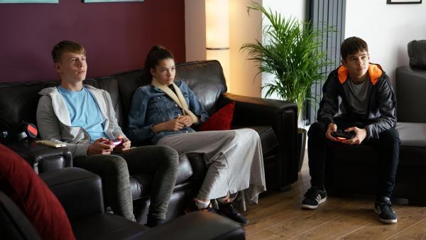 Jamie (Louis Dunn) und Ruby (Zoe Hall) machen sich Sorgen um Dillon (Patrick Ward | Rechte: WDR/Short Form (JJI) Ltd
