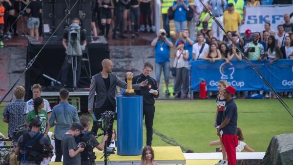 Dillion (Patrick Ward) eröffnet mit dem Gothia-Eid den Gothia-Cup in Schweden. | Rechte: WDR/Short Form (JJI) Ltd