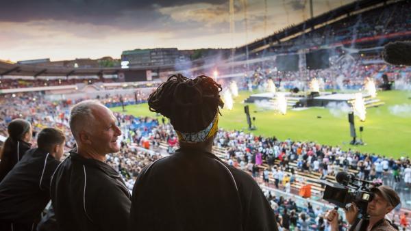 Mike (Tim Dantay) und Molly (Thanyia Moore) bejubeln ihre Mannschaft bei der großen Eröffnungsfeier des Gothia-Cups in Schweden.   Rechte: WDR/Short Form (JJI) Ltd