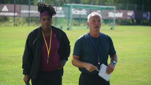 Molly (Thanyia Moore) und Mike (Tim Dantay) sind sich sicher, dass Phoenix es ins Halbfinale schaffen wird. | Rechte: WDR/Short Form (JJI) Ltd