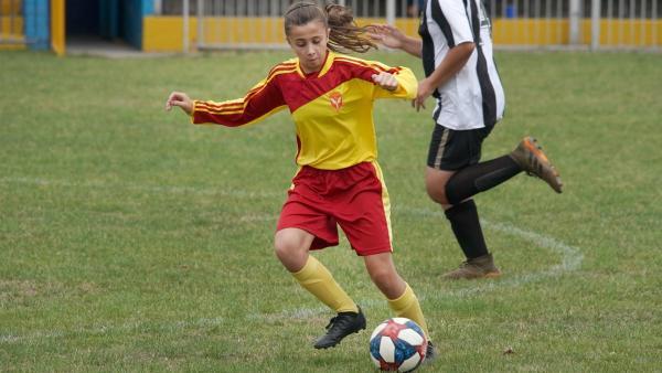 Zoe (Maddie Murchison) gibt alles, um den Phoenix FC ins Halbfinale zu bringen.   Rechte: WDR/Short Form (JJI) Ltd