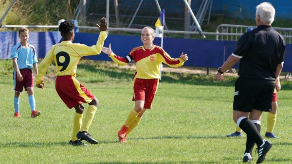 Gutes Teamwork! Eric (Morgan Hudson) und Alba (Elena Cole) bejubeln ihr Tor gegen den FC Millfield.   Rechte: WDR/Short Form (JJI) Ltd