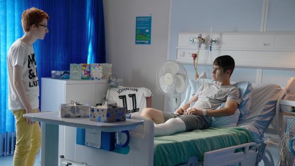 Boggy (Jonnie Kimmins) besucht Jamie (Louis Dunn) nach dessen Unfall im Krankenhaus.   Rechte: WDR/Short Form (JJI) Ltd