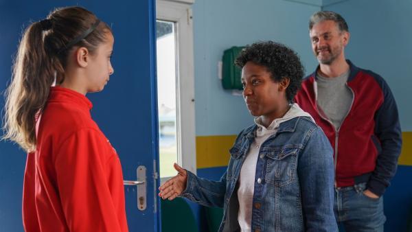 Zoe (Maddie Murchison) ist nicht begeistert, als Duncan (Glen Wallace) ihr Neuzugang Kat (Amaya Navarro) vorstellt.   Rechte: WDR/Short Form (JJI) Ltd