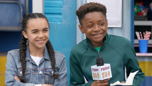 Aisha (Leona Sinama Pongolle) und Freddie (Keaton Edmund) versuchen sich als Fußballkommentatoren.   Rechte: WDR/Short Form (JJI) Ltd