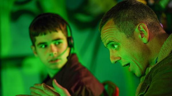 Ob Ians (William Fox, rechts) Tipps Jamie (Louis Dunn) beim Gamen wirklich helfen?   Rechte: WDR/Short Form (JJI) Ltd