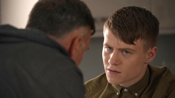 Dillon (Patrick Ward) lässt sich von seinem Vater Graham (Julian Lewis Jones) nicht unterkriegen.   Rechte: WDR/Short Form (JJI) Ltd